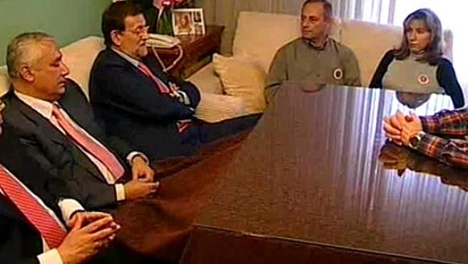 El presidente del Partido Popular, Mariano Rajoy, ha visitado el domicilio de la joven sevillana Marta del Castillo. (ATLAS)