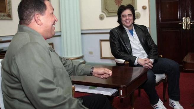 El presidente venezolano se reunió este miércoles con el actor Benicio del Toro, que protagoniza el filme 'Che' (EFE)