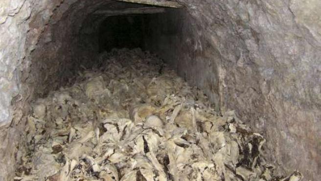 En la imagen, el interior de la fosa que se cree que alberga hasta unos 5.000 cadáveres, muchos de ellos momificados. (EFE)