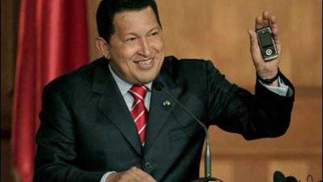 """Hugo Chávez muestra """"El Vergatario""""."""