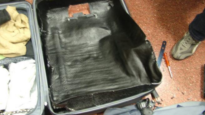 Nuevos sistemas de tráfico de cocaína: una maleta fabricada con pasta de coca. (CNP).