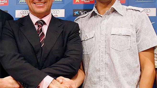 Laporta y Guardiola se estrechan la mano. (Archivo)