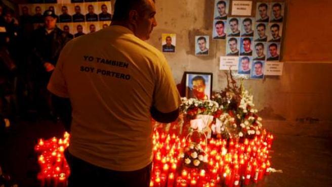 Altar improvisado durante la manifestación de porteros en recuerdo de las dos víctimas del tiroteo de la sala Heaven. (EFE)