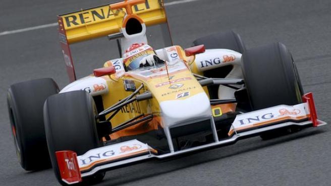 Fernando Alonso conduce el R29.