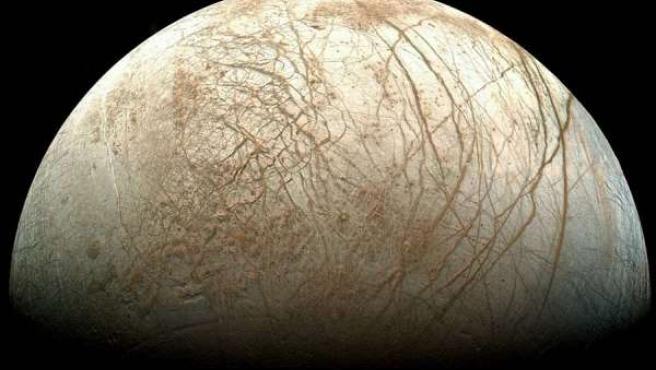 Europa, satélite de Júpiter, en fase gibosa.