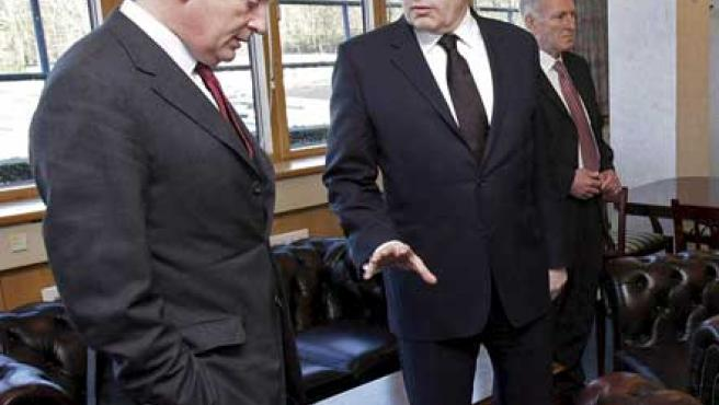 Gordon Brown (d), conversa con el ministro británico para Irlanda del Norte, Shaun Woodward (i). (EFE/Niall Carson)