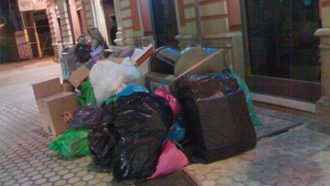 Los vecinos de deberán tener cuidado con tirar la su basura fuera del contenedor. (ARCHIVO).