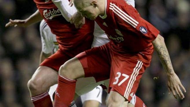 Gonzalo Higuaín intenta hacerse con un balón, ante la oposición de Carragher y Skrtel. (EFE)