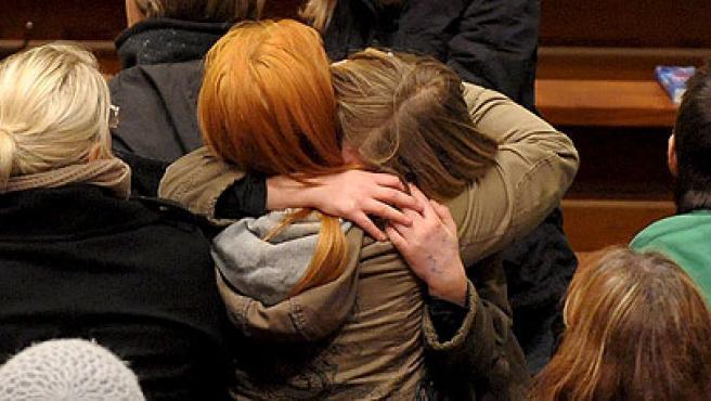 Dos mujeres se abrazan durante el servicio religioso tras la matanza de Winnenden.