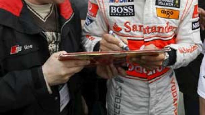 Hamilton, firmando un autógrafo en Montmeló (Reuters).
