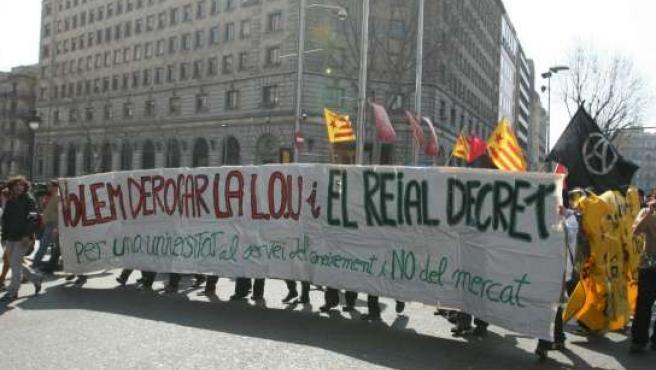 Estudiantes manifestándose contra Bolonia en Barcelona.