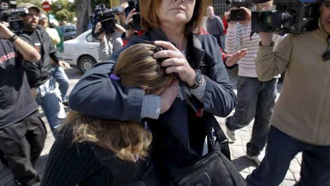 La última novia del asesino confeso de Marta del Castillo cubre su cara a la salida de los juzgados.