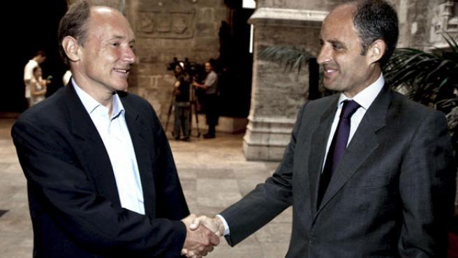El presidente de la Generalitat valencian, Francisco Camps (d), recibe en audiencia al inventor de la World Wide WEP, Sir Tim Berners Lee.
