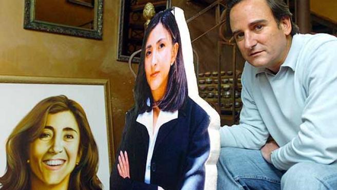 Juan Carlos Lecompte, frente a estampas de su esposa, durante el cautiverio.