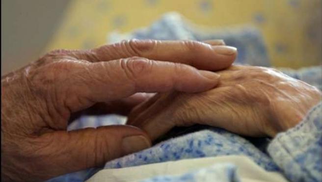 Manos de una mujer que padece Alzheimer.