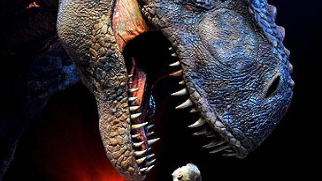 Un niño obrserva la reproducción de un Tiranosaurio rex en Londres.