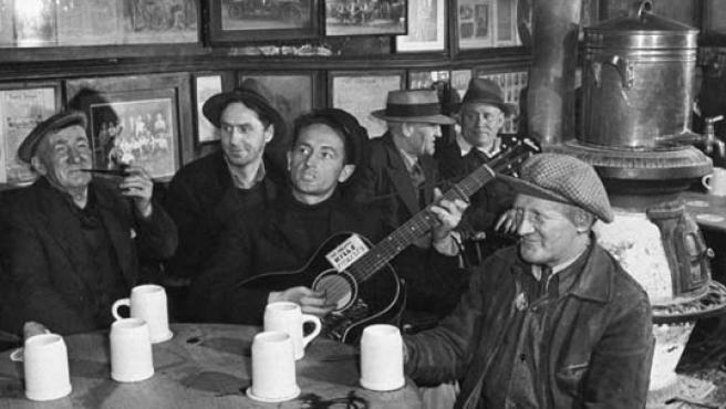 La voz de la gente corriente. Woody canta en una taberna de Nueva York en la década de los años cuarenta.