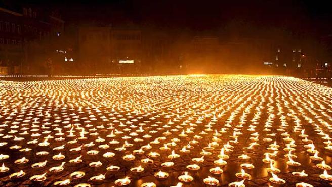 """Celebrar con los amigos este apagón llevando a cabo una fiesta """"por el planeta"""" utilizando velas."""