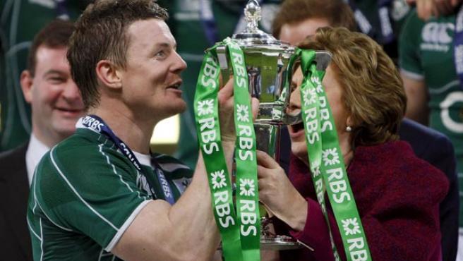 Brian O'Driscoll recibe el trofeo Seis Naciones.