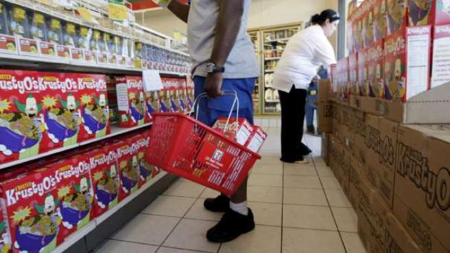 Un cliente compra en un supermercado. (ARCHIVO)
