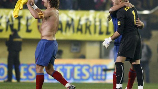 Xavi y Valdés se abrazan junto a Puyol.