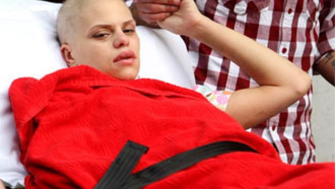 Jade Goody, en el momento de abandonar el hospital (KORPA).