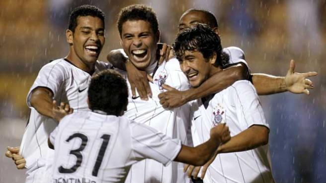Ronaldo, felicitado por sus compañeros tras el gol (Reuters).