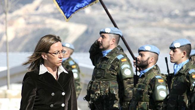 Chacón pasa revista a las tropas en el Líbano, el pasado mes de enero.