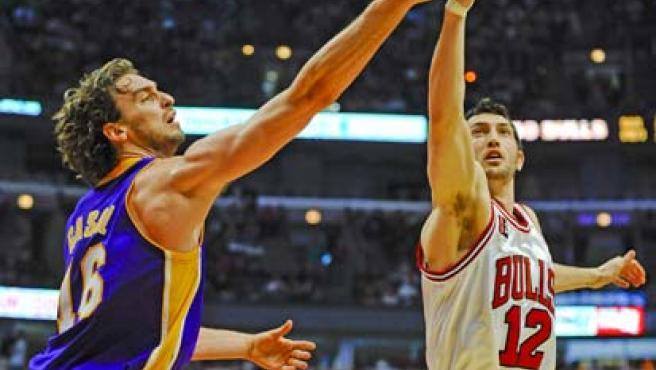 El jugador español de los Lakers de Los Ángeles Pau Gasol (i) disputa un rebote con Kirk Hinrich (d) de los Bulls de Chicago.