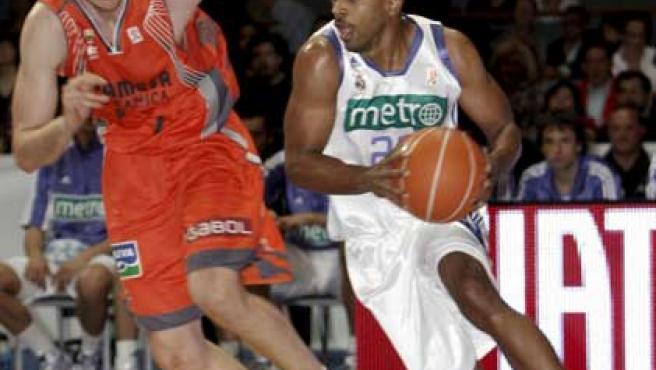 Bullock (d), del Real Madrid, conduce el balón ante la presión de Perovic Kosta, del Pamesa Valencia, durante el partido de la liga ACB.