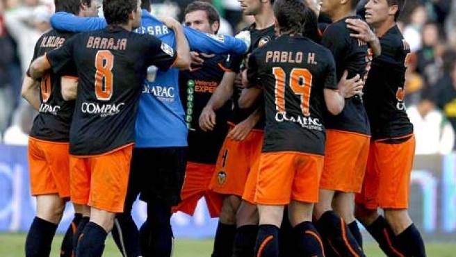 Albelda y Albiol son separados por los jugadores del Valencia.