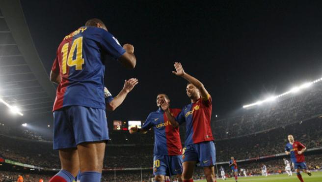 Varios jugadores locales celebran un gol.