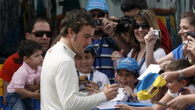 Fernando Alonso firma autógrafos en Jerez.
