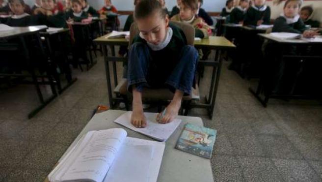 Aya Masoud usa sus pies para escribir en un colegio de primaria en Ciudad de Gaza.