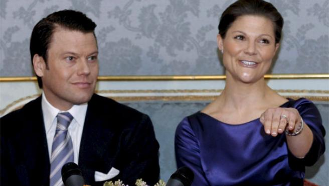 Victoria de Suecia muestra el anillo de prometida en presencia de su futuro esposo (EFE).