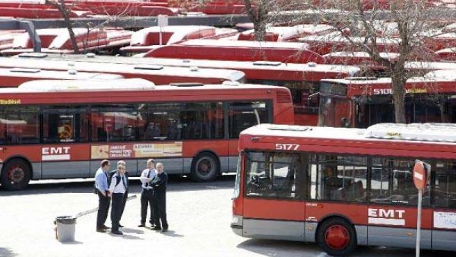 Varios autobuses urbanos aparcados en unas cocheras, en una imagen de archivo.