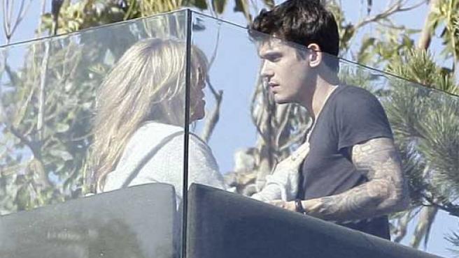 Jennifer Aniston y John Mayer, fotografiados en Malibú el verano pasado.