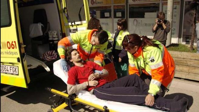 El estudiante Tomàs Sayes es trasladado al hospital.