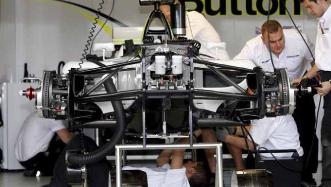 Mecánicos de Brawn GP revisan un coche en el garaje del equipo en Melbourne.