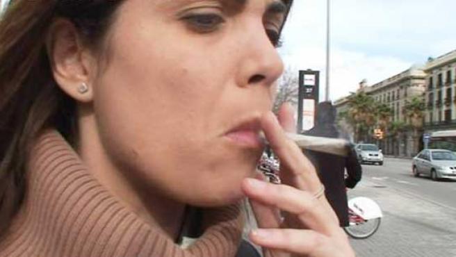Samanta Villar, fumando un porro.