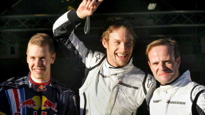 Jenson Button (c) y Rubens Barrichello (d.), de Brawn GP, junto a Sebastian Vettel, de Red Bull.