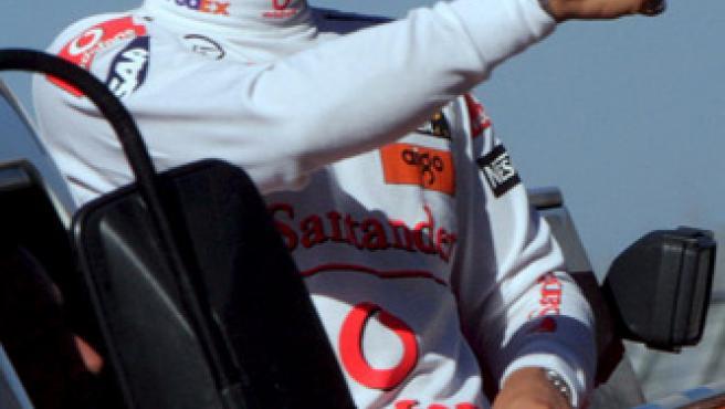 Lewis Hamilton saluda al público en el GP de Australia, primera prueba del Mundial de Fórmula 1.