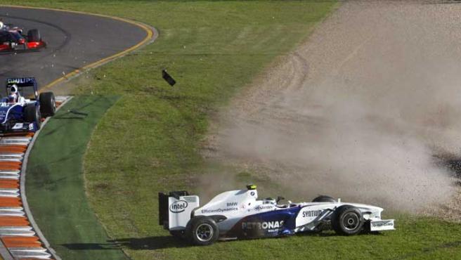 Fernando Alonso (dcha), de Renault, tras salirse de la pista después de que varios monoplazas se vieran implicados en un choque