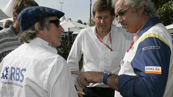 Flavio Briatore, jefe de Renault, conversa con Jackie Stewart en el paddock de Albert Park.