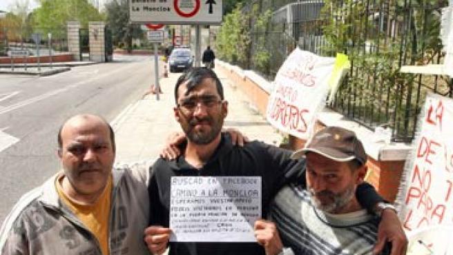 En la puerta de La Moncloa, Miguel (izquierda), Antonio (centro) y José Manuel (derecha).