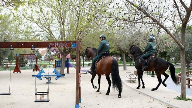 'Colombiano' y 'Coracero', junto a sus jinetes, patrullan un parque de Valdemoro.
