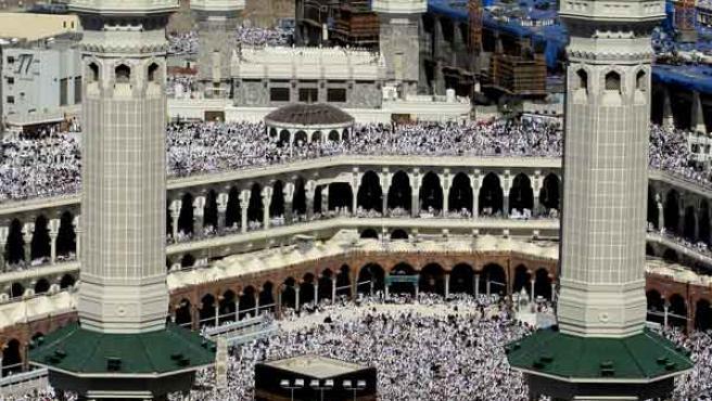 Decenas de miles de musulmanes rezan en el santuario de Kaaba en la Gran Mezquita de la Meca. EFE