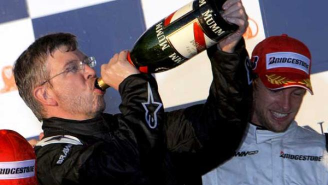El dueño de la escudería Brawn GP, Ross Brawn, celebra con champagne la victoria de Jenson Button y el segundo puesto de Barrichello en el Gran Premio de Australia.