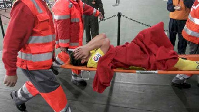 Los servicios sanitarios retiran en camilla del jugador del Villarreal Santi Cazorla