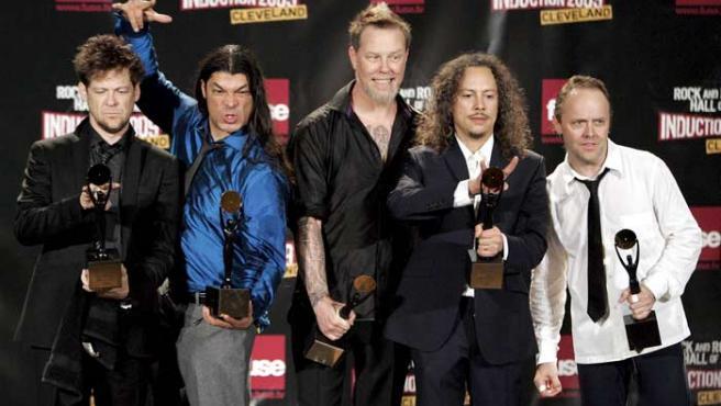 Los integrantes de Metallica, incluido Newsted, en la ceremonia introductoria del Salón de la Fama.